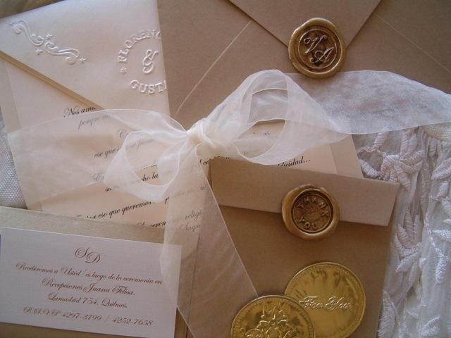 Tarjetas de casamiento con lacres y moños