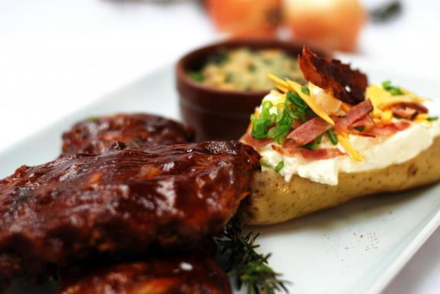 Ribs de Cerdo en salsa BBQ con Papa rellena de Queso, Verdeo y Panceta acompañado con Espinacas gratinadas a la Crema | Casamientos Online