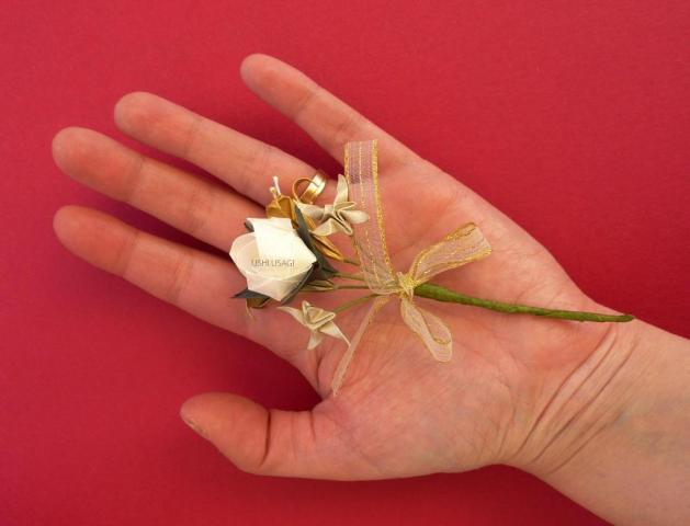 Boton de ojal con rosa de papel. Boutonniere | Casamientos Online