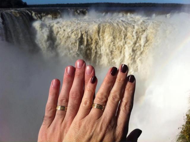 Fabiana & Horacio en las Cataratas de Iguazu eligieron Alianzas con entrelazados    Casamientos Online