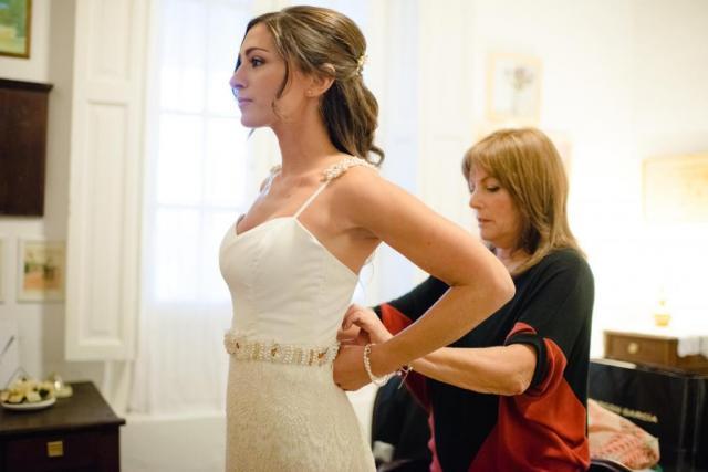 Vestido de gasa y macrame con faja de perlas bordadas a mano | Casamientos Online