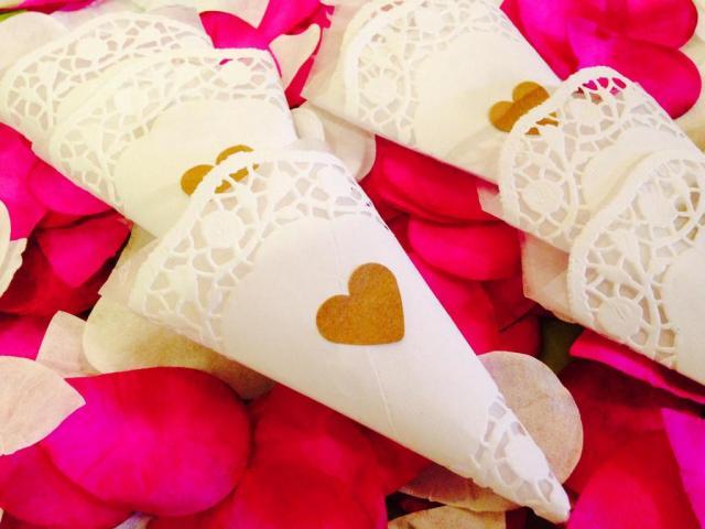 Conos con pétalos de rosa para los novios | Casamientos Online