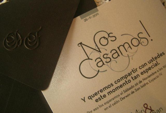 Tarjeta de casamiento de  papel  negro con  relieves  | Casamientos Online