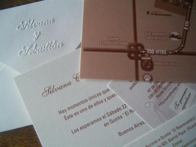 Tarjeta de papel texturado con  relieves  | Casamientos Online