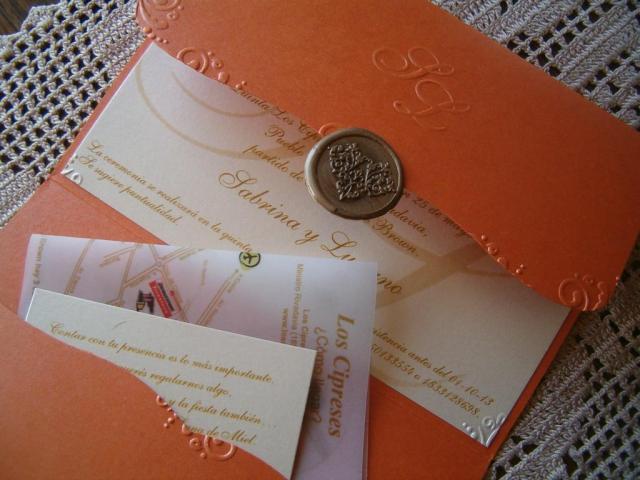 Tarjeta tríptico grabada en relieve | Casamientos Online