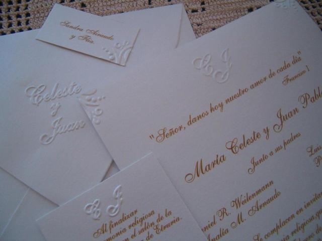Trajeta de casamiento blanca en relieve  | Casamientos Online