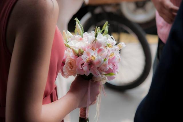 RAMOS ROSAS LISIANTHUS Y ASROMELIAS | Casamientos Online