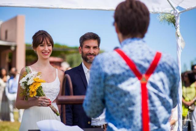 pareja de novios casandose