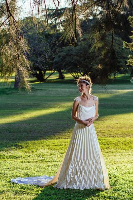 Vestido de saten de seda plizado. | Casamientos Online