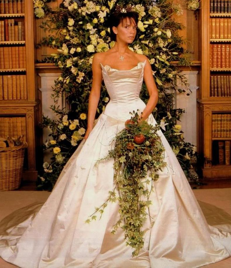 Victoria Beckham se casó con David Beckham y lució un vestido de novia color marfil diseñado por Vera Wang
