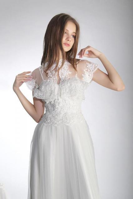 Capa en tul con aplicaciones de guipiure bordado | Casamientos Online