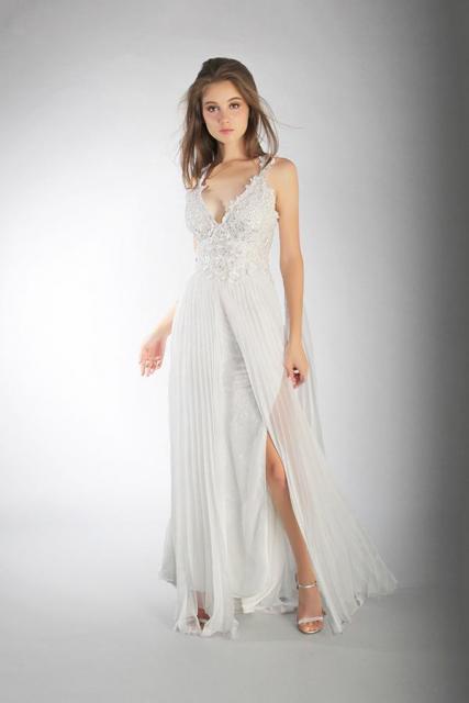 Art. 03884 Vestido de novia con falda plisada  | Casamientos Online