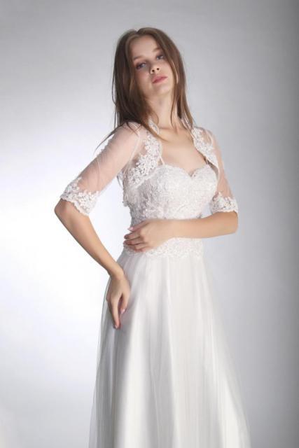 Bolero en tul con aplicaciones de guipiure bordado | Casamientos Online