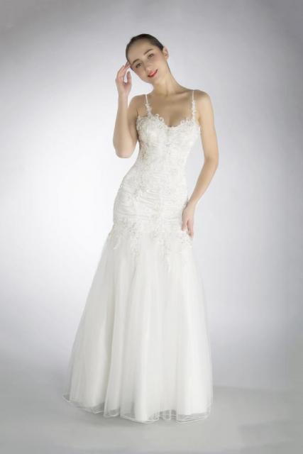 Art. 03151 Vestido con talle bajo y aplicaciones de guipiure | Casamientos Online