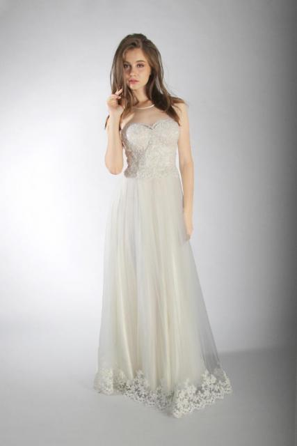 Art. 03238 Vestido escote ilusión con aplicaciones de guipiure | Casamientos Online