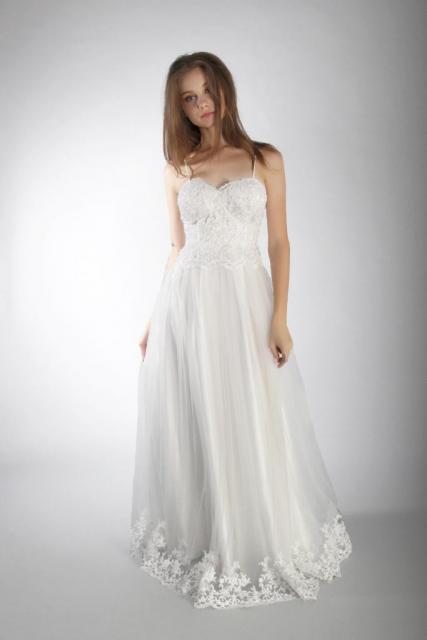 Art. 03236 Vestido escote corazón con aplicaciones de guipiure | Casamientos Online