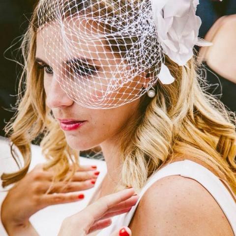 Tocado birdcage con flor artesanal y plumas | Casamientos Online