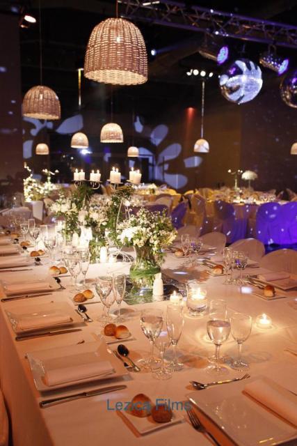 Mesa principal con pantallas de mimbre | Casamientos Online
