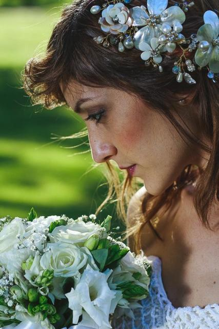 Tocado de nacar, ramo de flores naturales | Casamientos Online