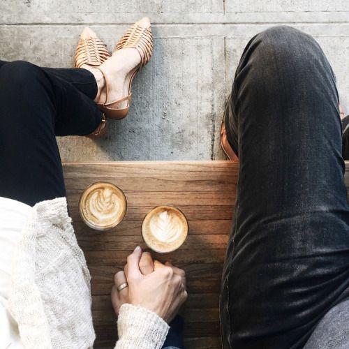 pareja tomando un cafe