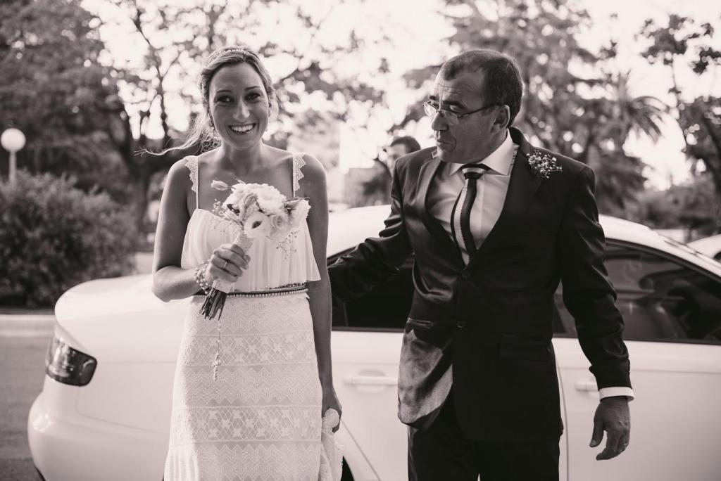 novia entrando con el padrino a la iglesia