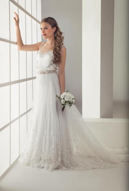 L Y L de Liliana Muñoz - Satén de seda natural con cinturón bordado en platil y falda de mantilla  | Casamientos Online