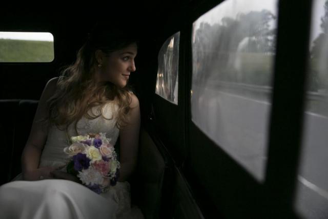 novia en el auto