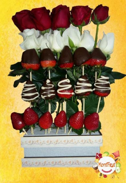 Cascada de rosas y frutas | Casamientos Online