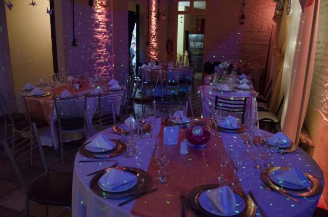Formal con mesas sillas manteleria y centros de mesa | Casamientos Online
