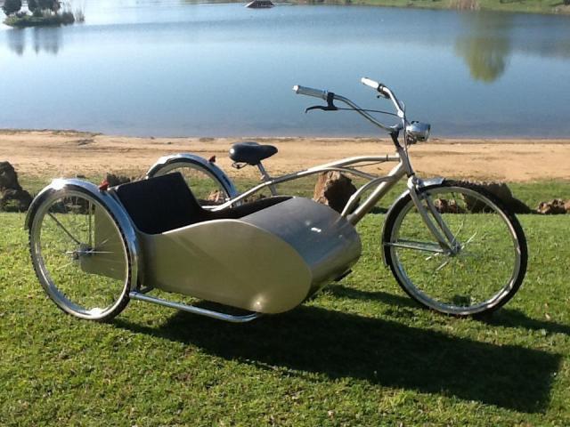 Bici con sidecar para hacer una entrada en el salon | Casamientos Online