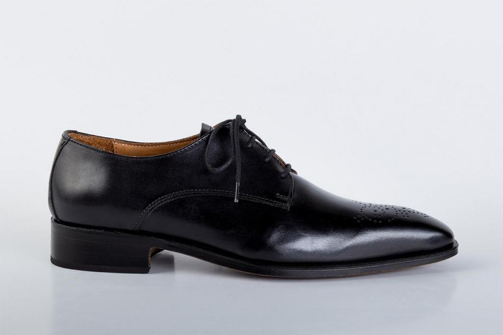 Zapatos de cuero negro picado