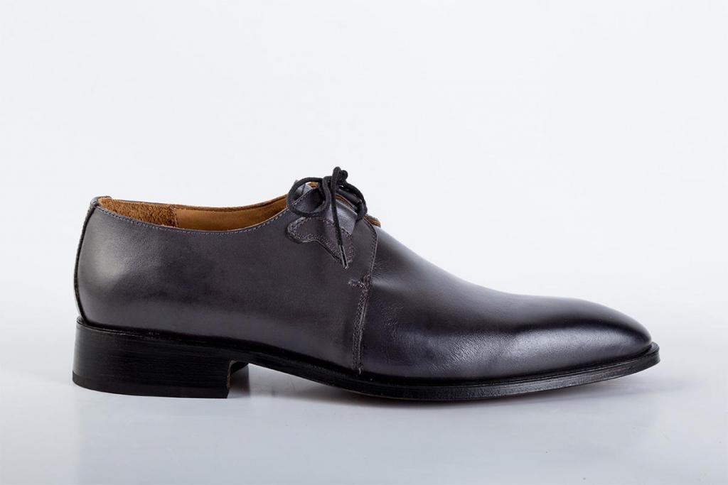 Zapato de cuero gris