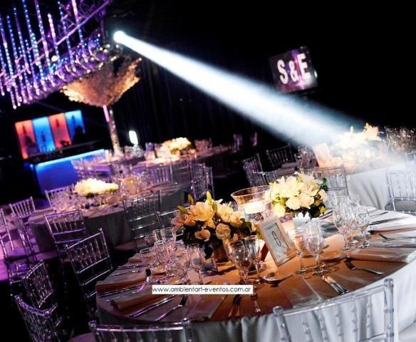 Centros de mesas , jugar con las alturas para darle dinámica a la ambientación. | Casamientos Online