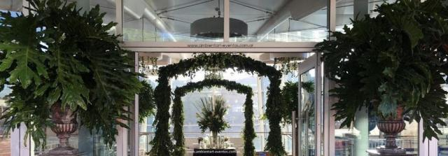 decoración con follajes verdes y hojas naturales  | Casamientos Online