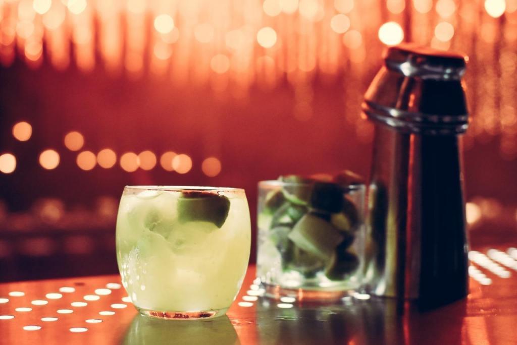 Trago Caipiroshka: Vodka , lima, almíbar