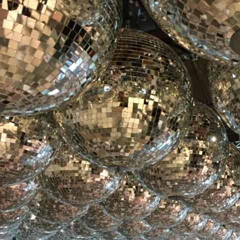 techo de esferas espejadas. | Casamientos Online