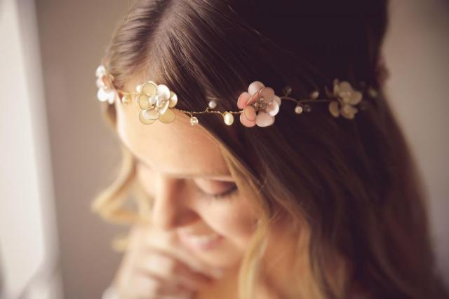 Corona de flores y ramitas
