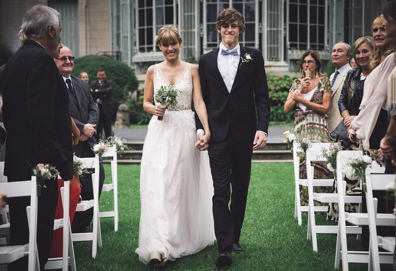 La novia entrando con su padrino