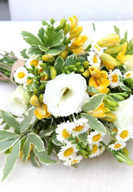 Ramo de flores de estación en amarillo y blanco con follage