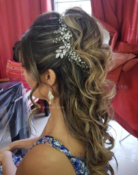 Peinado Semirecogido para Novias con Tocado