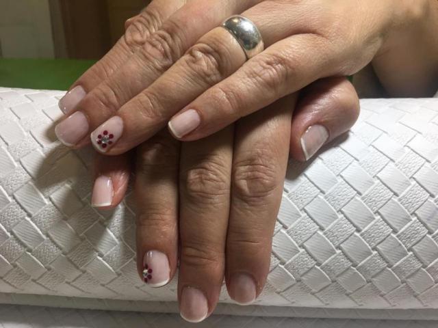 Manicuría y Esmalte Común con Nail Art y French | Casamientos Online