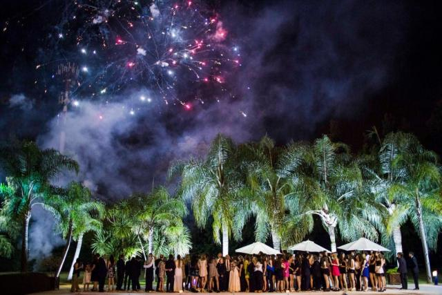 Foto grupal con fuegos artificiales | Casamientos Online