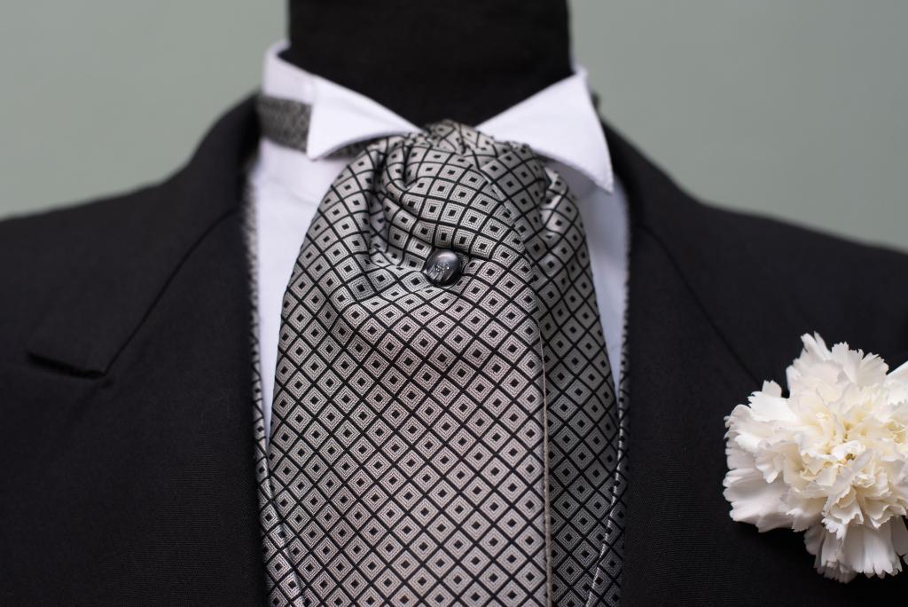 Jaquet Negro con chaleco y plastron en conjunto.