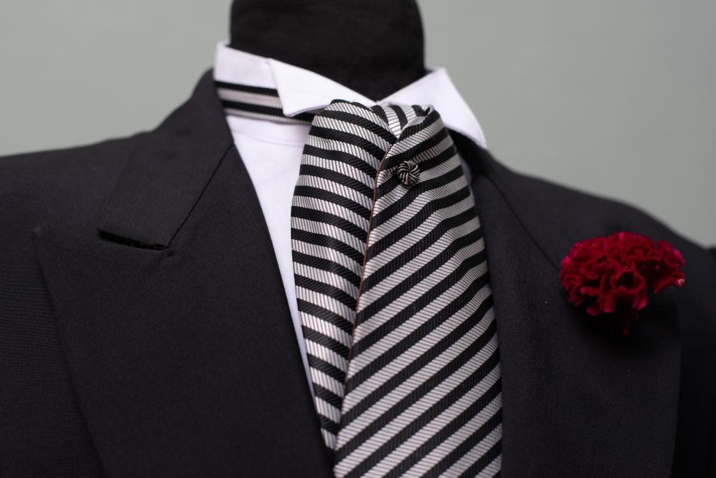 Jaquet Negro con plastron a rayas
