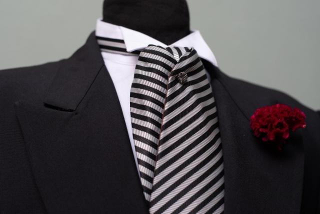 Jaquet Negro con plastron a rayas | Casamientos Online