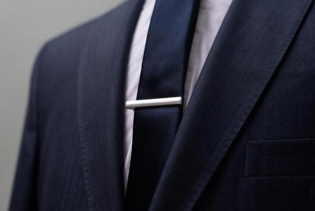 Traje azul con detalles de rallas  | Casamientos Online
