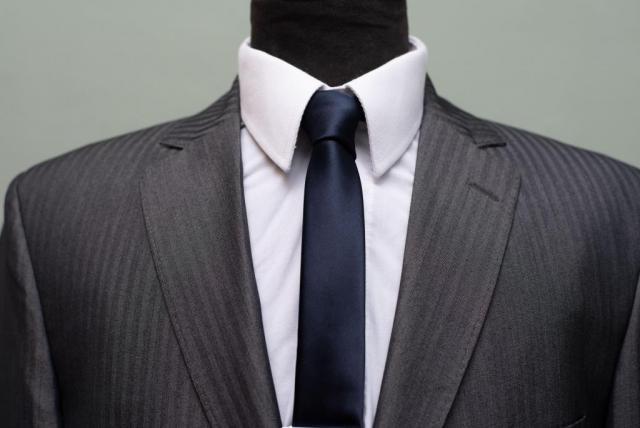 Traje gris con detalles rallas. corte Slimfit.  | Casamientos Online