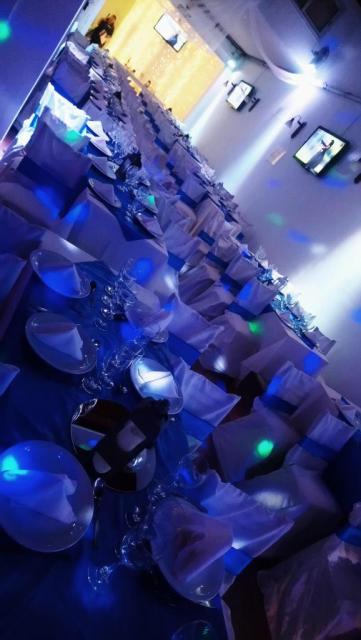 Salon mesas y sillas vestidas