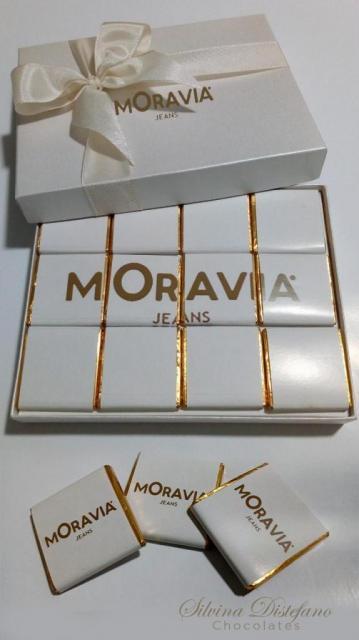caja y chocolatina personalizada en plato de sitio