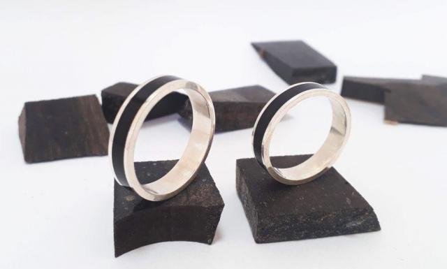 Madera de ébano aplicada en anillos y alianzas